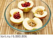 Половинки яблока с брусникой, орехами и мёдом, приготовленные для запекания. Стоковое фото, фотограф Dmitry29 / Фотобанк Лори