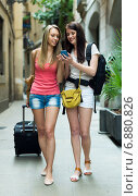 Happy girls heading to hotel with baggage. Стоковое фото, фотограф Яков Филимонов / Фотобанк Лори
