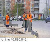 Купить «Бригада рабочих укладывают бордюрный камень. Район Новокосино. Москва», эксклюзивное фото № 6880846, снято 26 апреля 2012 г. (c) lana1501 / Фотобанк Лори