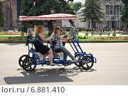 Купить «Веломобиль с людьми на ВДНХ», эксклюзивное фото № 6881410, снято 1 июля 2014 г. (c) Алёшина Оксана / Фотобанк Лори