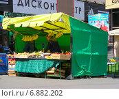 Уличная торговля овощами и фруктами на Сокольнической площади в Москве (2010 год). Редакционное фото, фотограф lana1501 / Фотобанк Лори