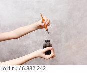 Перо и чернильница в руках. Стоковое фото, фотограф Павел Бурочкин / Фотобанк Лори