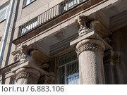 Купить «Колонны дома с жар-птицами», фото № 6883106, снято 17 апреля 2011 г. (c) Ольга Визави / Фотобанк Лори
