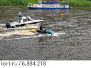 Купить «Мужчина на гидроцикле плывет вниз по реке», фото № 6884218, снято 29 мая 2020 г. (c) Землянникова Вероника / Фотобанк Лори