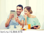 Купить «smiling couple with tablet pc reading news», фото № 6884974, снято 9 марта 2014 г. (c) Syda Productions / Фотобанк Лори