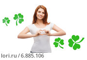 Купить «smiling girl showing heart gesture with shamrock», фото № 6885106, снято 27 ноября 2013 г. (c) Syda Productions / Фотобанк Лори
