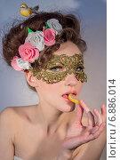 Купить «Портрет соблазнительной девушки, которая ест мармелад», фото № 6886014, снято 4 марта 2014 г. (c) Наталья Степченкова / Фотобанк Лори