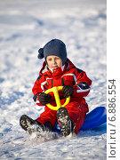Купить «Мальчик в красном на санках», фото № 6886554, снято 25 января 2009 г. (c) Дмитрий Боков / Фотобанк Лори