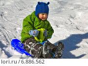 Купить «Мальчик в зеленом на санках», фото № 6886562, снято 22 февраля 2009 г. (c) Дмитрий Боков / Фотобанк Лори