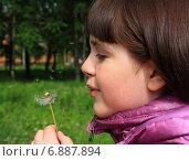 Девочка с одуванчиком. Стоковое фото, фотограф Мельникова Надежда / Фотобанк Лори