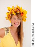Купить «Смеющаяся девушка в венке из листьев», эксклюзивное фото № 6888342, снято 8 октября 2014 г. (c) Куликова Вероника / Фотобанк Лори