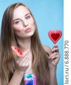 Русая девушка с леденцами в форме сердца. Стоковое фото, фотограф Nikolay Safronov / Фотобанк Лори