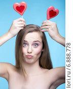 Красивая девушка с леденцами на палочке в виде сердечек. Стоковое фото, фотограф Nikolay Safronov / Фотобанк Лори