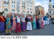 Купить «Кришнаиты танцуют на улице. Санкт-Петербург», эксклюзивное фото № 6889086, снято 7 октября 2012 г. (c) Александр Щепин / Фотобанк Лори