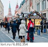 Купить «Новогодние шале на Никольской улице ранним вечером. Москва», фото № 6892354, снято 8 января 2015 г. (c) Екатерина Овсянникова / Фотобанк Лори