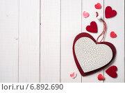 Купить «Вид сверху на декоративные сердечки ко дню влюбленных и местом для текста», фото № 6892690, снято 7 января 2015 г. (c) Сергей Чайко / Фотобанк Лори