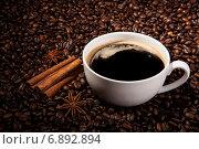 Натюрморт с чашечкой черного кофе и жареными кофейными зернами. Стоковое фото, фотограф Александр Калугин / Фотобанк Лори