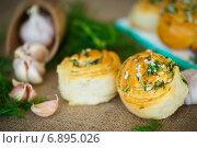 Свежие булочки с чесноком и зеленью. Стоковое фото, фотограф Peredniankina / Фотобанк Лори