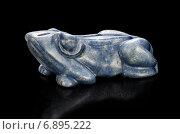Дюмортьерит, резная каменная фигурка лягушка (2014 год). Редакционное фото, фотограф verbaska / Фотобанк Лори
