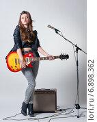 Купить «Девушка с электрогитарой», фото № 6898362, снято 21 декабря 2014 г. (c) Павел Рыбалкин / Фотобанк Лори
