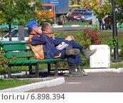 Купить «Усталые рабочие отдыхают на лавочке в парке района Новокосино в Москве», эксклюзивное фото № 6898394, снято 11 сентября 2012 г. (c) lana1501 / Фотобанк Лори