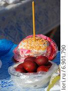 Купить «Пасхальный куличи и крашеные яйца, приготовленные для освящения», эксклюзивное фото № 6901790, снято 23 апреля 2010 г. (c) lana1501 / Фотобанк Лори