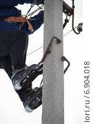Купить «Электрик на высоковольтном столбе в когтях», фото № 6904018, снято 8 февраля 2014 г. (c) Йомка / Фотобанк Лори