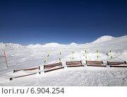 Купить «Горнолыжный склон и деревянные скамейки в снегу», фото № 6904254, снято 20 февраля 2012 г. (c) Анна Полторацкая / Фотобанк Лори