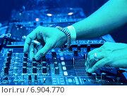 Купить «Мужчина Dj миксует трек», фото № 6904770, снято 16 сентября 2012 г. (c) Максим Блинков / Фотобанк Лори