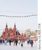 Купить «Люди катаются на коньках на Красной площади», фото № 6905114, снято 16 января 2015 г. (c) Ekaterina Andreeva / Фотобанк Лори