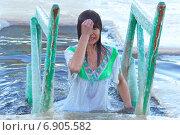 Купить «Купание в проруби иордани в Крещение», фото № 6905582, снято 19 января 2014 г. (c) yeti / Фотобанк Лори