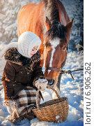 Сельская девочка и лошадь. Стоковое фото, фотограф Мария Мороз / Фотобанк Лори