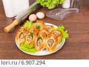 Расстегаи с рыбной начинкой на столе. Стоковое фото, фотограф Сергей Колесников / Фотобанк Лори