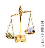 Весы с долларами и банковской картой (2015 год). Редакционное фото, фотограф Федоренко Борис / Фотобанк Лори