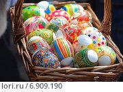 Купить «Нарядные пасхальные яйца в корзине», эксклюзивное фото № 6909190, снято 23 апреля 2010 г. (c) lana1501 / Фотобанк Лори