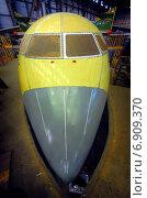 Нос самолета Ан-148 в стапеле в цехе авиазавода (2008 год). Редакционное фото, фотограф Антон Довбуш / Фотобанк Лори