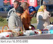 Купить «Пасхальный стол с куличами и крашеными яйцами, приготовленными для освящения. Город Бронницы Московской области», эксклюзивное фото № 6910690, снято 23 апреля 2010 г. (c) lana1501 / Фотобанк Лори