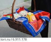 Купить «Куличи и творожная пасха в корзинке, приготовленные для освящения. Троицкий Рязанский монастырь», эксклюзивное фото № 6911178, снято 23 апреля 2010 г. (c) lana1501 / Фотобанк Лори