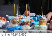 Купить «Пасхальный куличи и крашеные яйца, приготовленные для освящения», эксклюзивное фото № 6913430, снято 23 апреля 2010 г. (c) lana1501 / Фотобанк Лори