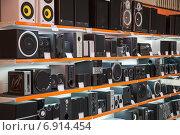 Акустика и колонки для компьютера на витрине магазина цифровой электроники (2012 год). Редакционное фото, фотограф Илья Пермяков / Фотобанк Лори