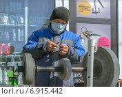 Точильщик ножей (2013 год). Редакционное фото, фотограф Сергей Горохов / Фотобанк Лори