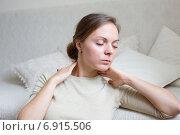 Купить «Молодая женщина дома, делающая самомассаж шеи», фото № 6915506, снято 2 сентября 2014 г. (c) Архипова Мария / Фотобанк Лори
