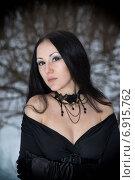 Портрет девушки в готическом платье с глубоким вырезом и колье в лесу зимой. Стоковое фото, фотограф Андрей Шарашкин / Фотобанк Лори