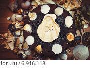 Свадебные кольца и морские ракушки. Стоковое фото, фотограф Artem Kotelnikov / Фотобанк Лори
