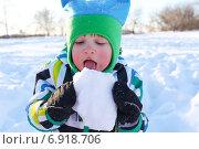 Купить «Малыш (2 года 4 месяца) ест снег на прогулке», фото № 6918706, снято 20 января 2015 г. (c) ivolodina / Фотобанк Лори