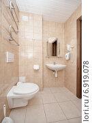 Купить «Интерьер ванной комнаты в пастельных тонах в отеле», фото № 6919078, снято 13 января 2015 г. (c) Darja Vorontsova / Фотобанк Лори
