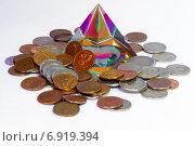 Стеклянная цветная пирамидка и монеты. Стоковое фото, фотограф Игорь Мухлаев / Фотобанк Лори