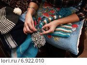 Женщина вяжет крючком теплую шапку. Стоковое фото, фотограф Ivanikova Tatyana / Фотобанк Лори
