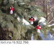 """Новогодние стеклянные игрушки """"грибы"""" на ели. Стоковое фото, фотограф Павел Бурочкин / Фотобанк Лори"""
