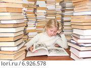 Девочка читает книгу. Стоковое фото, фотограф Александр Симонов / Фотобанк Лори